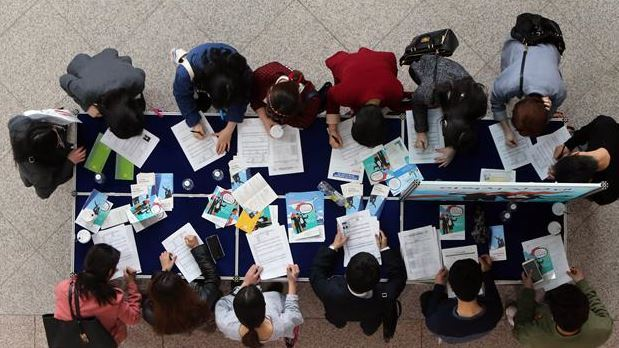 Job fair participants fill out application forms at Daejeon City Hall. (Yonhap)