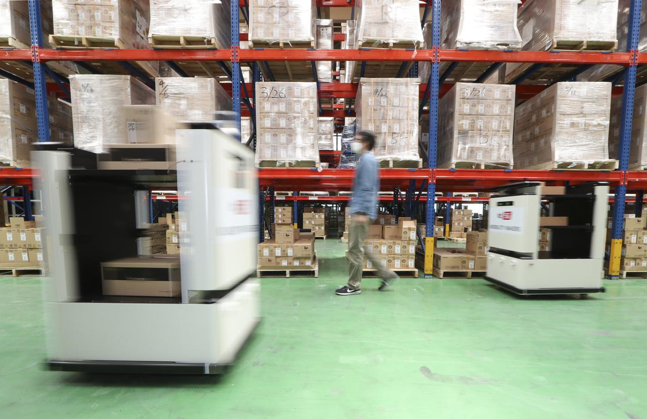 KT's self-driving warehouse carts (KT)