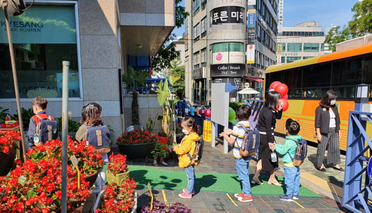 Preschoolers in Yangcheon, southern Seoul district, wait in line for hand washing on their first day back in school on Wednesday. (Yonhap)