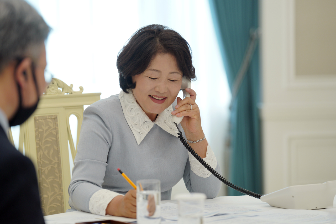 South Korean first lady Kim Jung-sook talks with Queen Mathilde of Belgium on the phone on Wednesday. (Yonhap)
