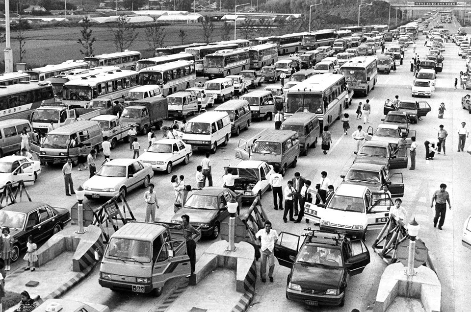 This photo shows cars and buses waiting in line before a tollgate for the Gyeongbu Expressway -- running between Seoul and Busan -- located in Seongnam, Gyeonggi Province during Chuseok holiday in 1989. (Yonhap)