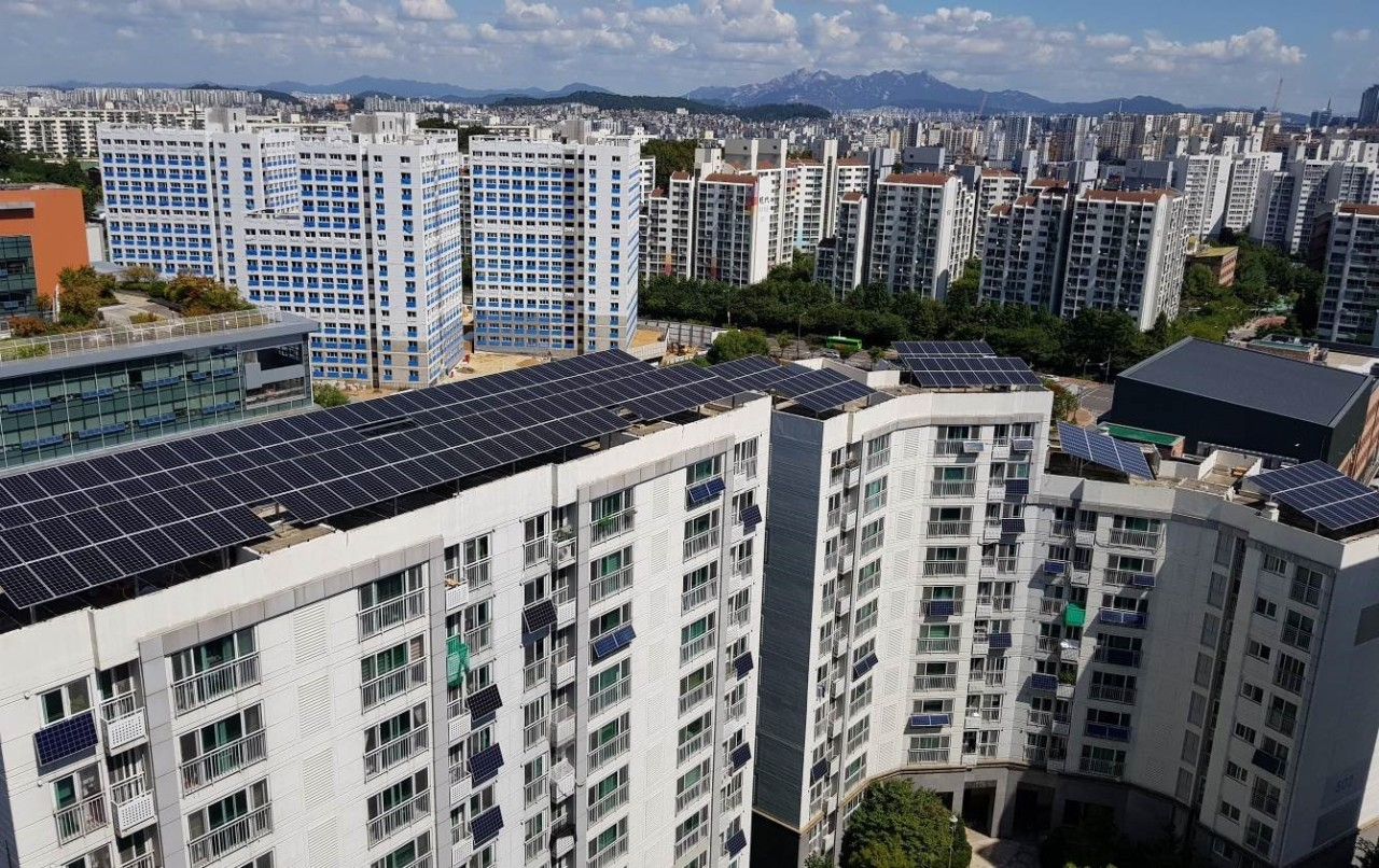 Hanwha Q Cell's 240-kilowatt generation facility installed on apartment rooftops in Yangcheon-gu, Seoul. (Hanwha Q Cells)