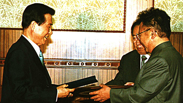 This file photo on June 14, 2000, shows former South Korean President Kim Dae-jung (left) and his North Korean counterpart Kim Jong-il exchanging the signed South-North joint declaration (Yonhap)
