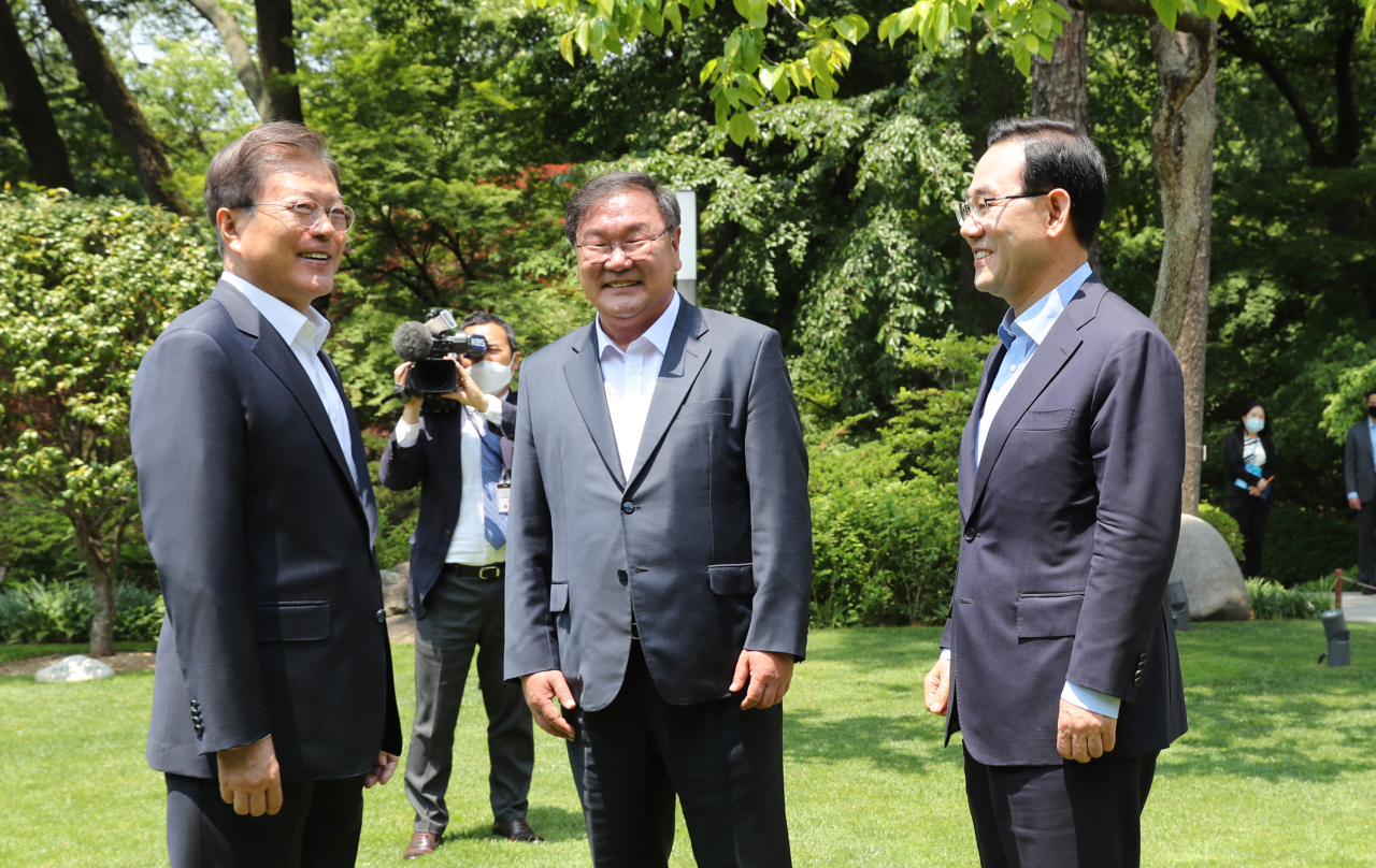 President Moon Jae-in, Democratic Party floor leader Rep. Kim Tae-nyeon and United Future Party floor leader Rep. Joo Ho-young meet at Cheong Wa Dae on Thursday. Yonhap
