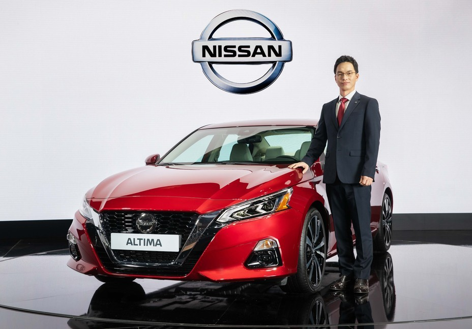 Nissan Korea CEO Huh Sung-joong poses with the all-new Nissan Altima at the Seoul Motor Show 2019. (Nissan Korea)