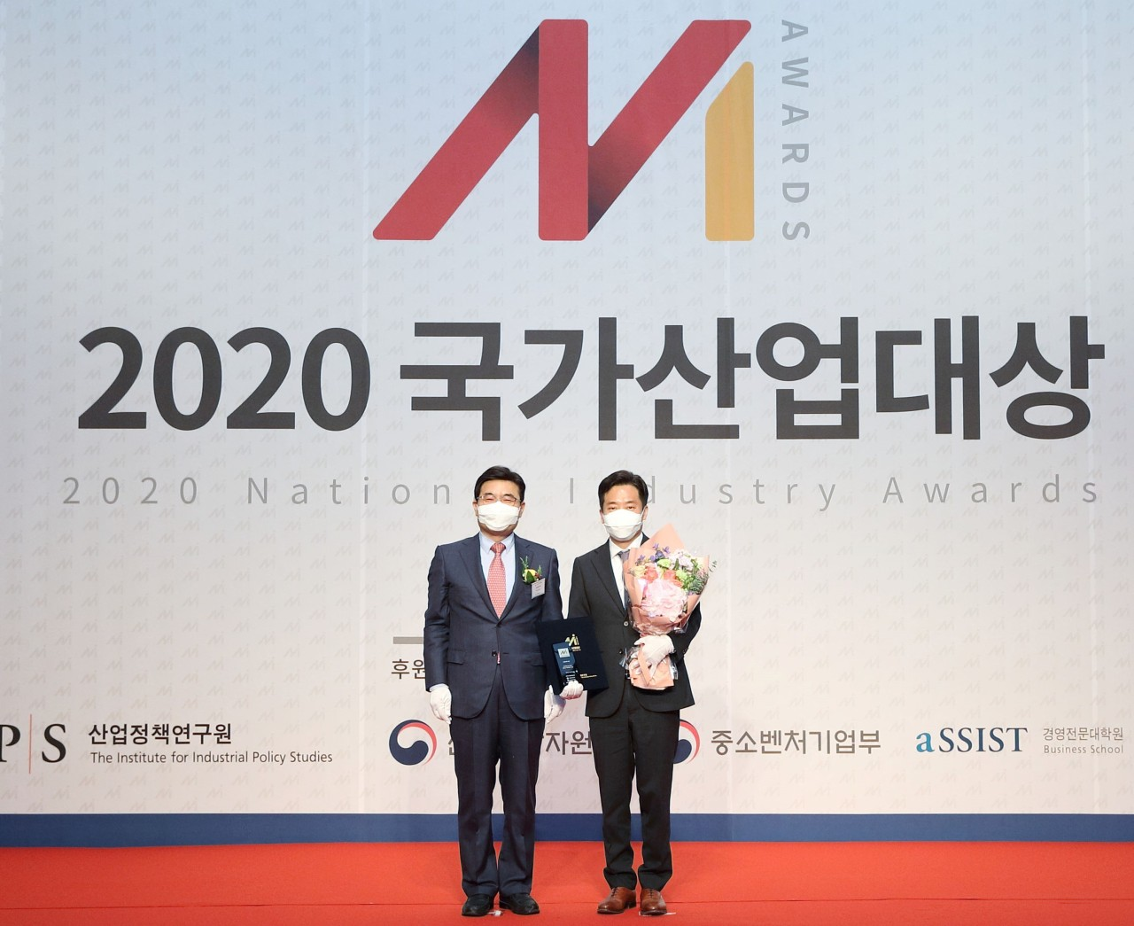 McDonald's Korea Director Yang Hyung-geun (right), and Park Ki-chan, president of the Institute for Industrial Policy Studies, pose for a photo at the awards ceremony on Thursday in Seoul. (McDonald's Korea)