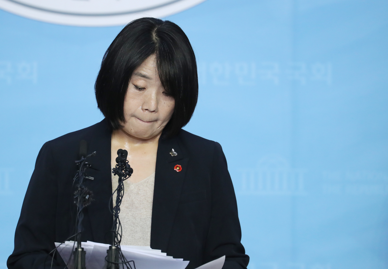 Lawmaker-elect Yoon Mi-hyang holds a press conference at the National Assembly on Friday. (Yonhap)