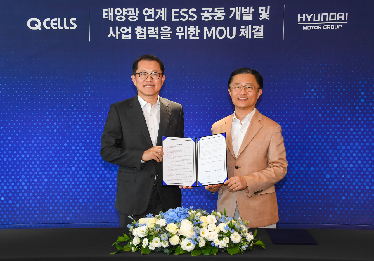 Hyundai Motor Group President and head of Strategy and Technology Division Chi Young-cho (left) and Hanwha Q Cells President Kim Hee-chul pose for a photo during an MOU signing ceremony held at Hanwha Group's headquarters in Seoul on Friday. (Hyundai Motor Group)