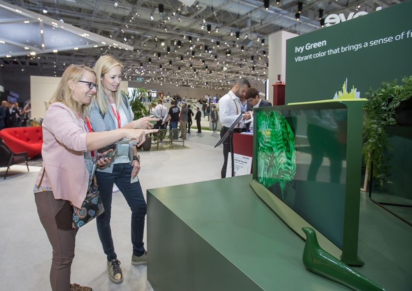 Visitors view a Samsung TV at the City Cube hall of Messe Berlin during the 2019 IFA. (Samsung Electronics)