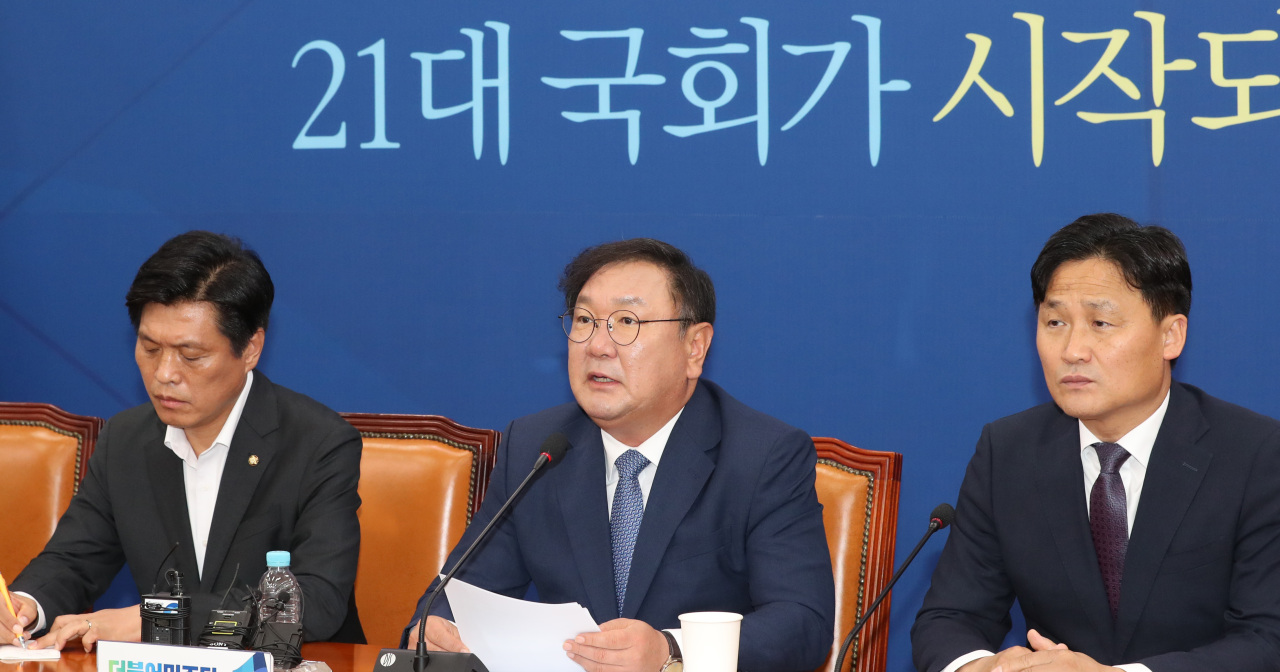 Ruling Democratic Party floor leader Kim Tae-nyeon (center) speaks during a press confence held at the National Assembly, Sunday. (Yonhap)