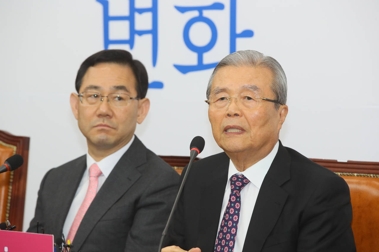 Kim Chong-in (right), chief of the United Future Party's emergency leadership committee, speaks during the committee's first meeting at the National Assembly in Seoul on Monday. (Yonhap)