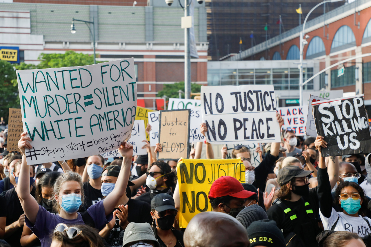 Protestors took to the street in Brookly, New York on May 29 following the death of George Floyd. (Reuters-Yonhap)