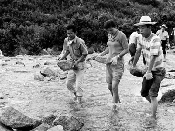 College students participate in volunteer activities for a rural community in 1969, when South Korea's population was rapidly growing. The demographic figure stopped its increase 50 years later in December 2019. (National Archives of Korea)