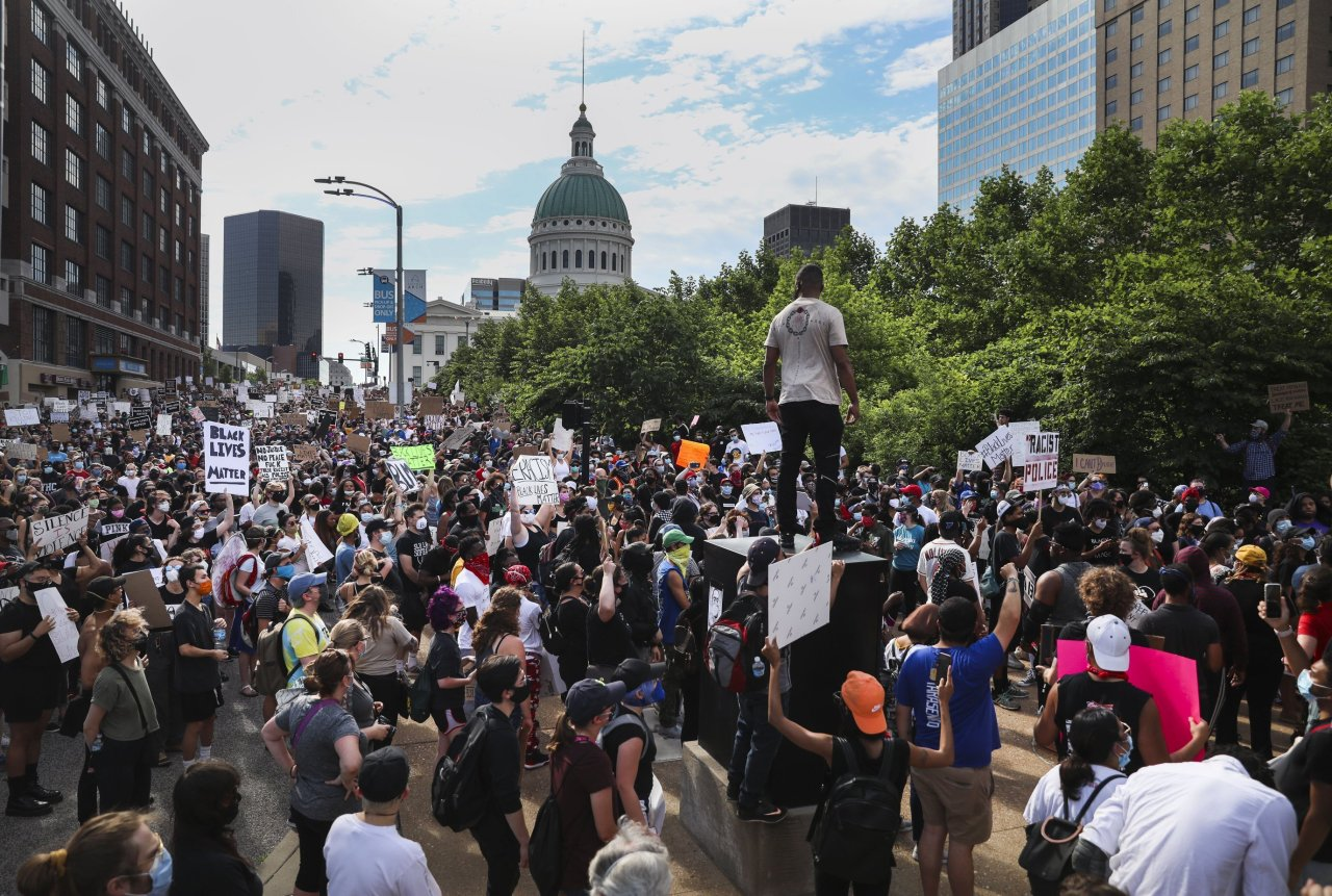 On Monday, Protesters in St. Louis were demonstrating against the death of George Floyd, who died May 25 after being detained by Minneapolis police. (AP-Yonhap)
