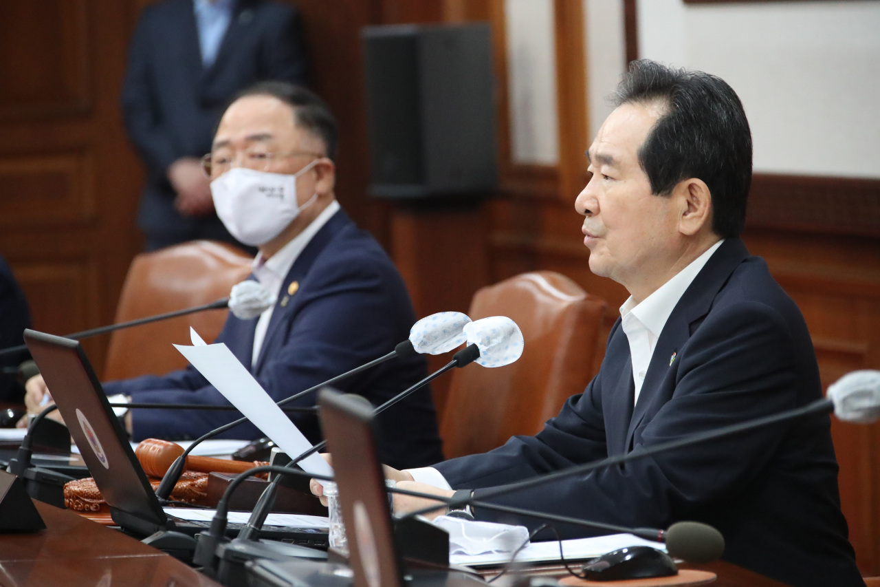 Prime Minister Chung Sye-kyun (right) and Deputy Prime Minister and Finance Minister Hong Nam-ki attend an extraordinary Cabinet meeting at Seoul Government Complex on Wednesday (Yonhap)