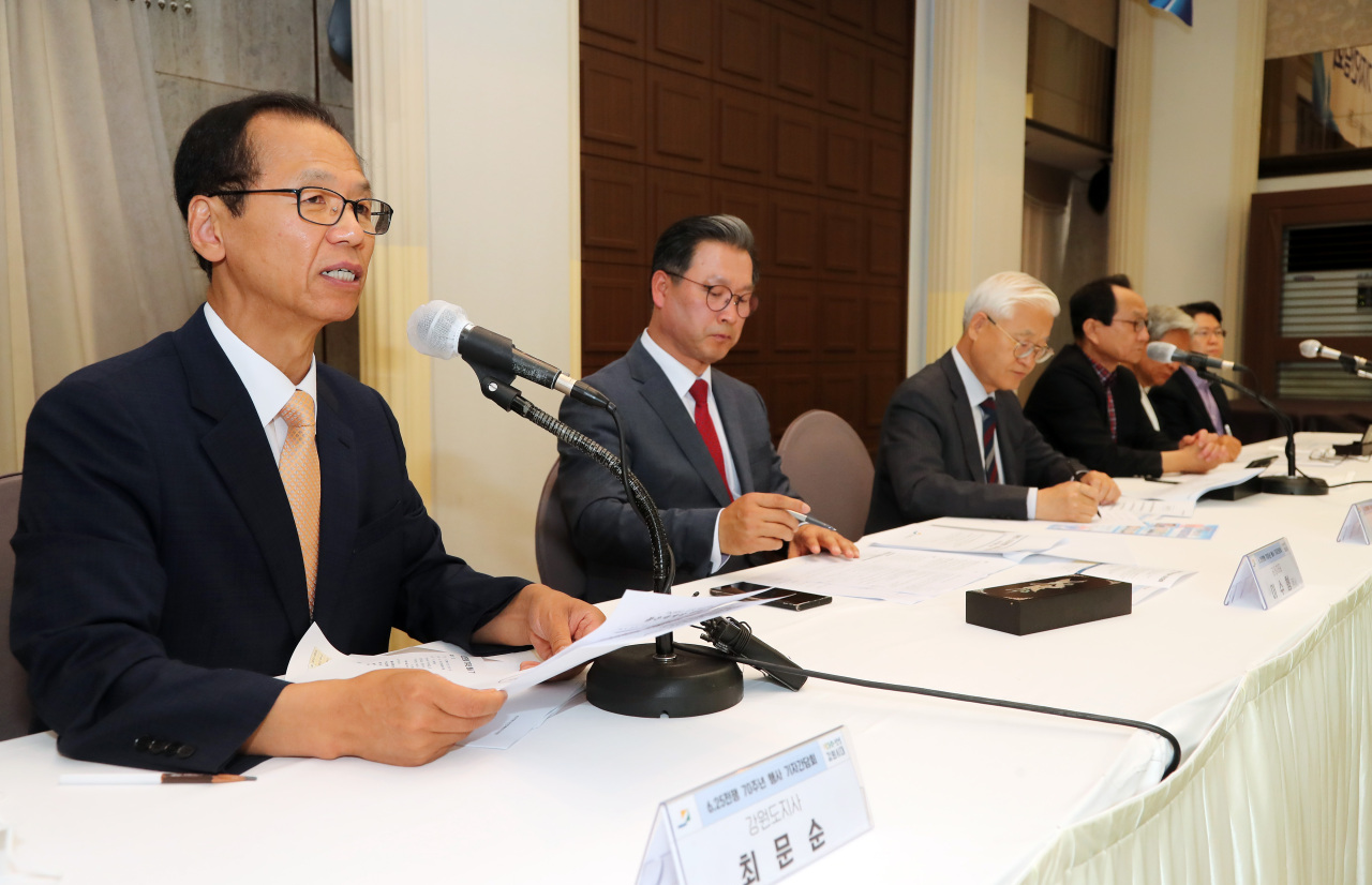 Gangwon Province Gov. Choi Moon-soon (left) speaks during a press conference for the events marking the 70th anniversary of Korean War in Seoul on Wednesday.  (Gangwon Province)