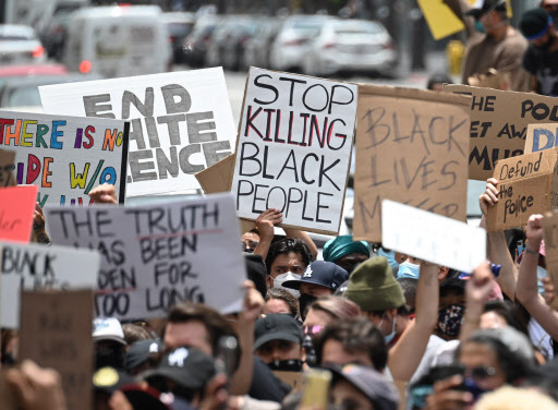 Demonstrators march through the streets of Hollywood, California, on June 2, 2020, to protest the death of George Floyd at the hands of police.  (Yonhap)