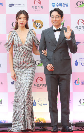 Comedian Lee Hwi-jae and fashion model Han Hye-jin who emceed the 56th Daejong Film Awards pose at the awards.