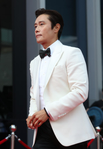 "Lee Byung-hun of ""Ashfall"" enters to pose on the red carpet at the 56th Daejong Film Awards."