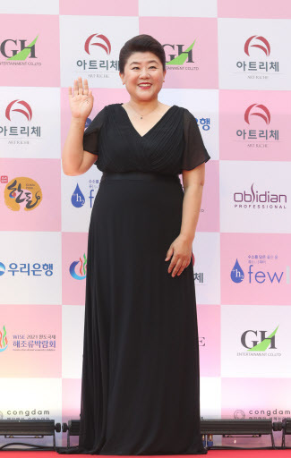 "Lee Jung-eun of ""Parasite"" poses on the red carpet at the 56th Daejong Film Awards."