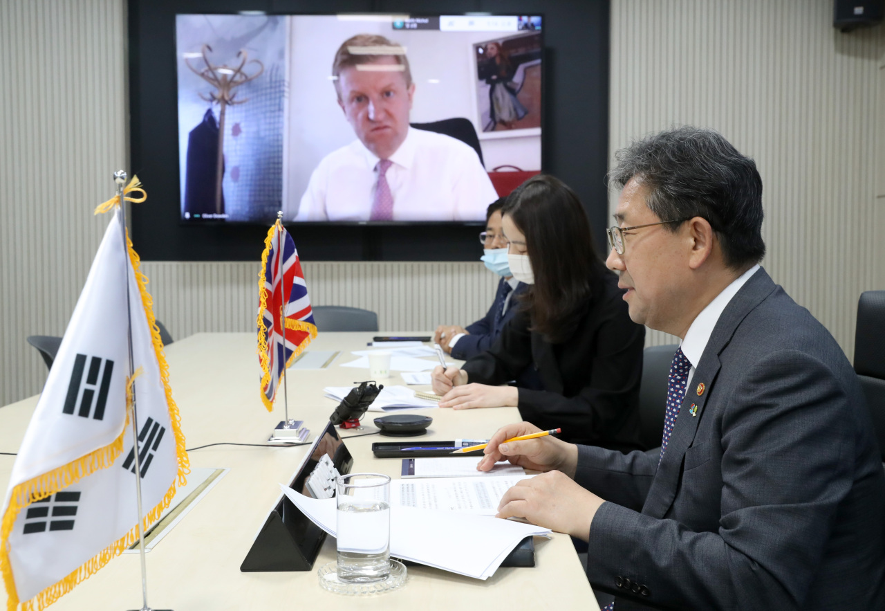 Culture Minister Park Yang-woo (right) and his British counterpart Oliver Dowden hold a videoconference on Wednesday evening. (Ministry of Culture, Sports and Tourism)