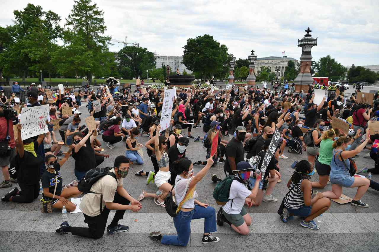 Protesters kneel to demonstrate against the death of George Floyd near the US Capitol on Wednesday in Washington, DC (AFP-Yonhap)