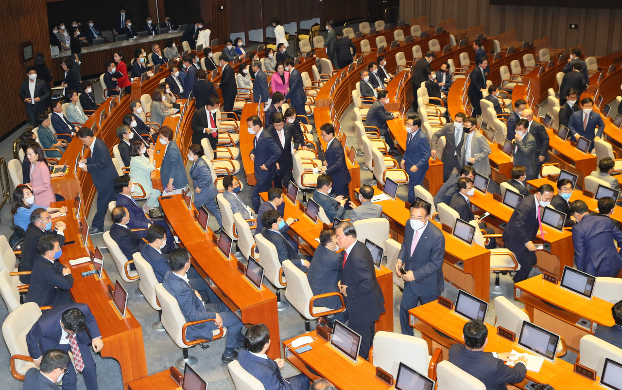 United Future Party lawmakers exit the plenary session of the National Assembly on Friday. Yonhap
