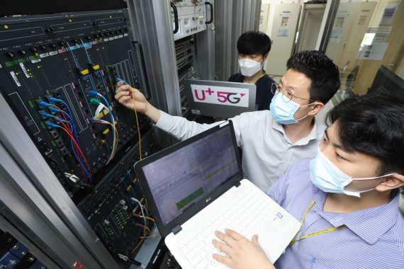LG Uplus employees check its 5G network equipment (LG Uplus)