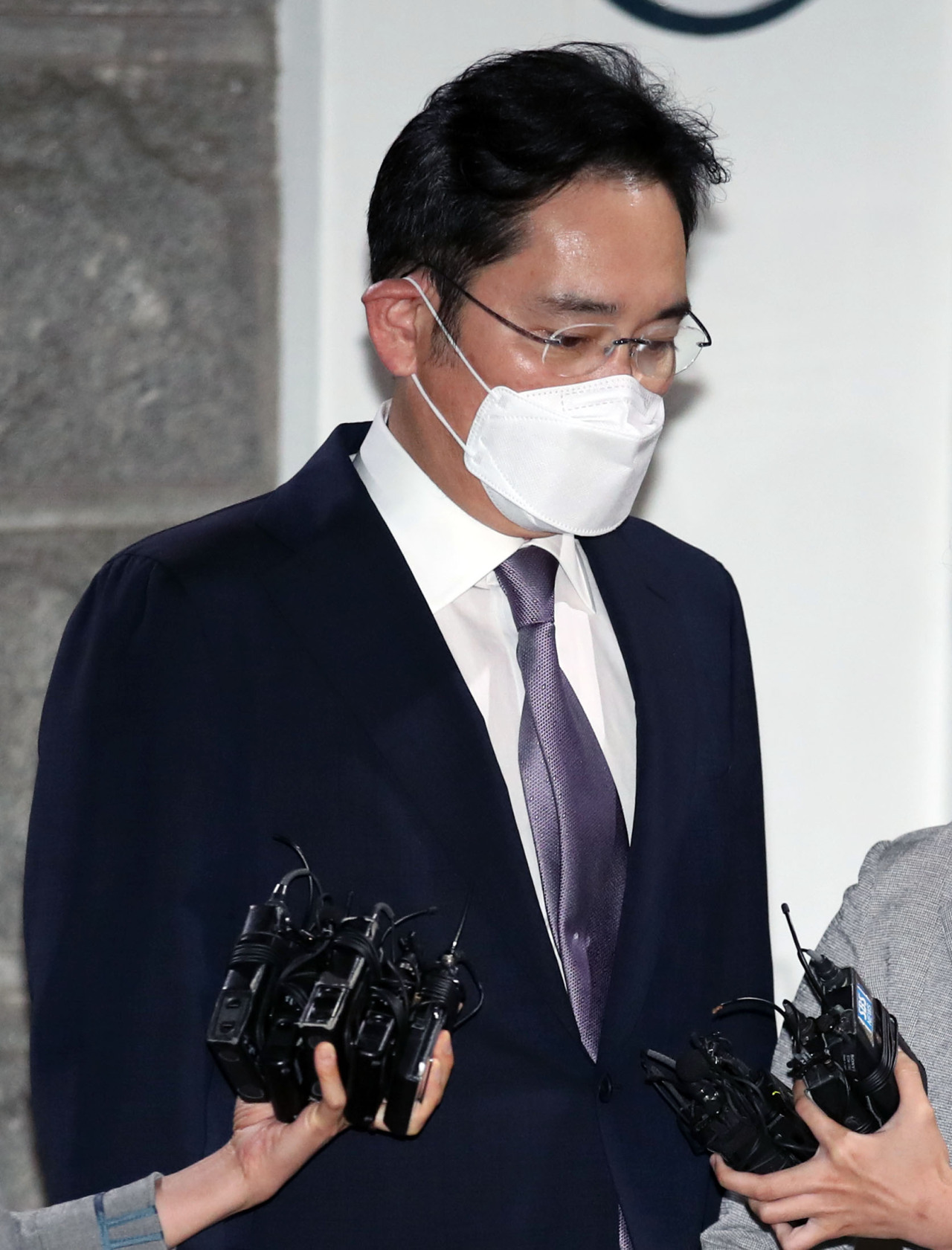 Lee Jae-yong leaves the Seoul detention center on Tuesday. (Yonhap)
