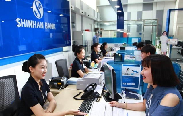 Customers talk to employees at a Shinhan Bank branch in Vietnam (Shinhan Bank)