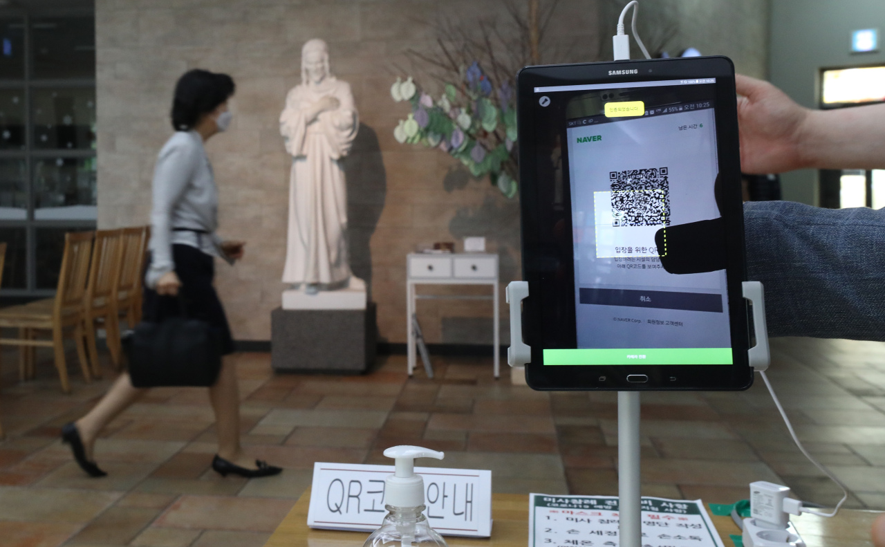 A Catholic church in Songpa, southern Seoul, requires worshippers to scan smartphone QR codes before attending service. (Yonhap)