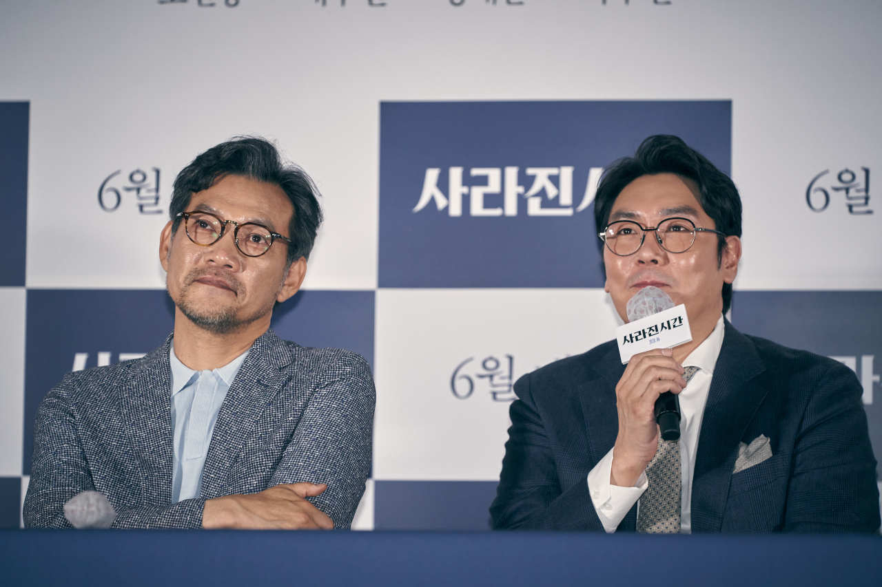 """Director Jung Jin-young (left) and actor Cho Jin-woong attend the """"Me and Me"""" premiere event, in Seoul on Tuesday. (Acemaker Movie Works)"""