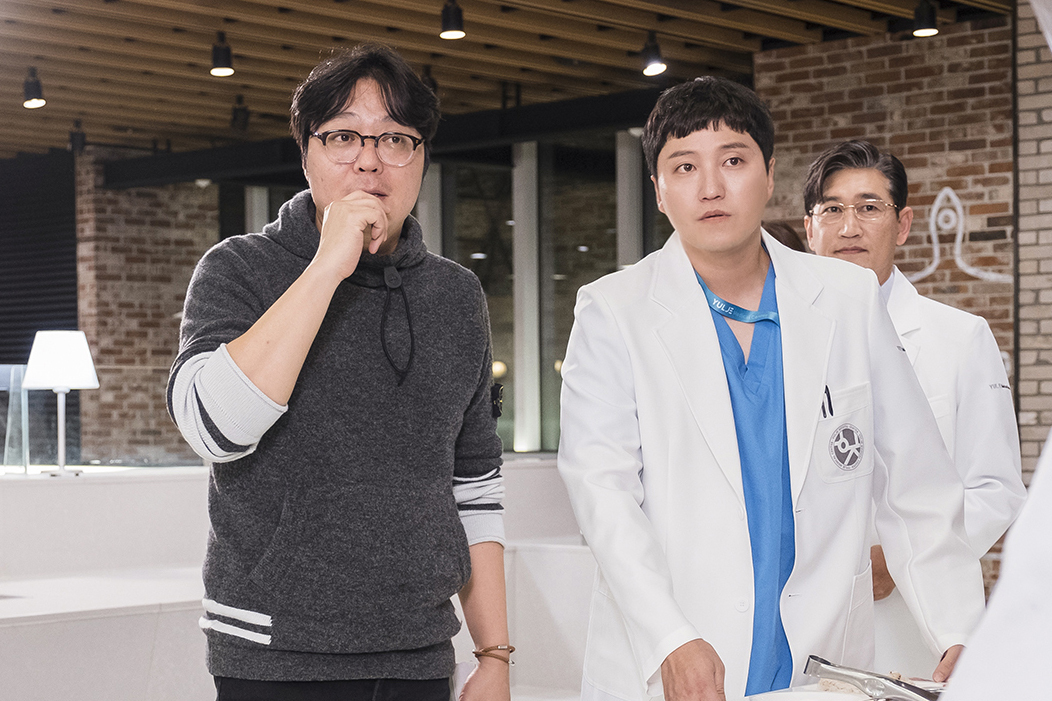 Producer Shin Won-ho (left) and actor Kim Dae-myung (tvN)