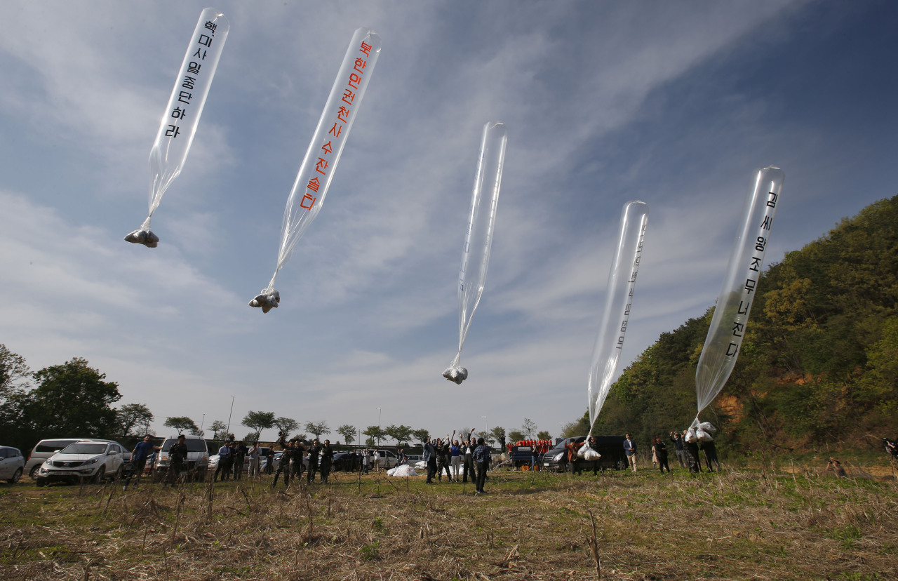 A file photo of NGOs sending balloons carrying leaflets to North Korea from Paju, Gyeonggi Province in 2016. Yonhap