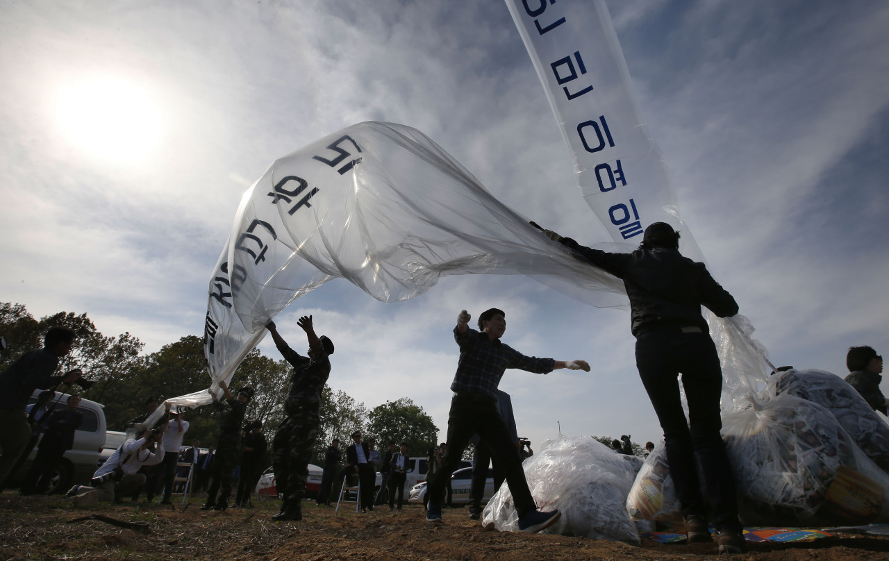 A file photo from 2016 shows activists launching balloons carrying propaganda leaflets from Paju, Gyeonggi Province. (Yonhap)