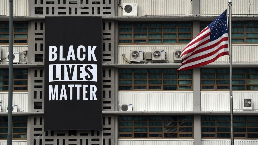 "A banner reading ""Black Lives Matter"" is seen outside the US Embassy in Gwanghwamun, central Seoul. (Yonhap)"