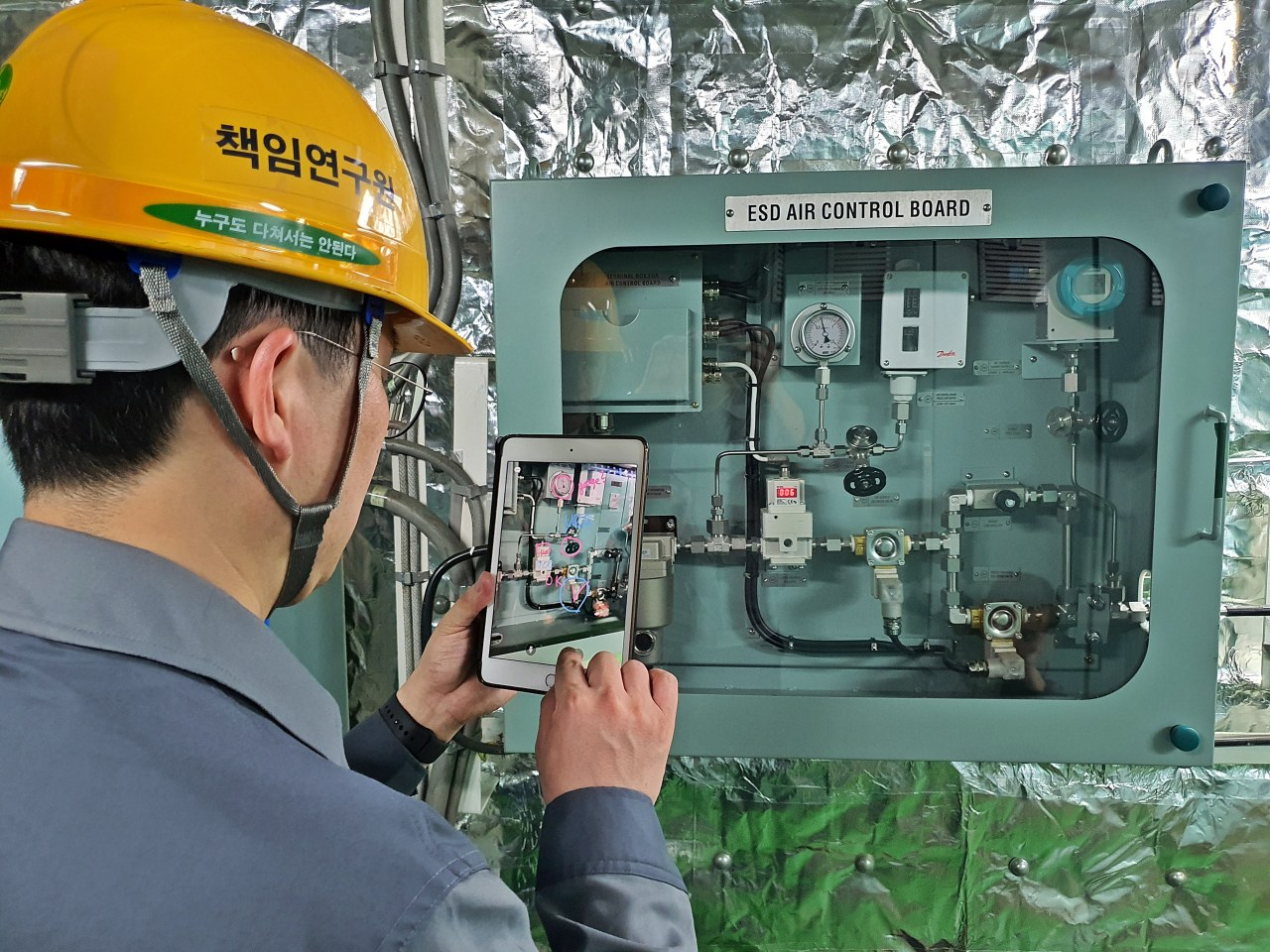 A DSME engineer checks ship facilities using its own application for remote maintenance support system. (DSME)