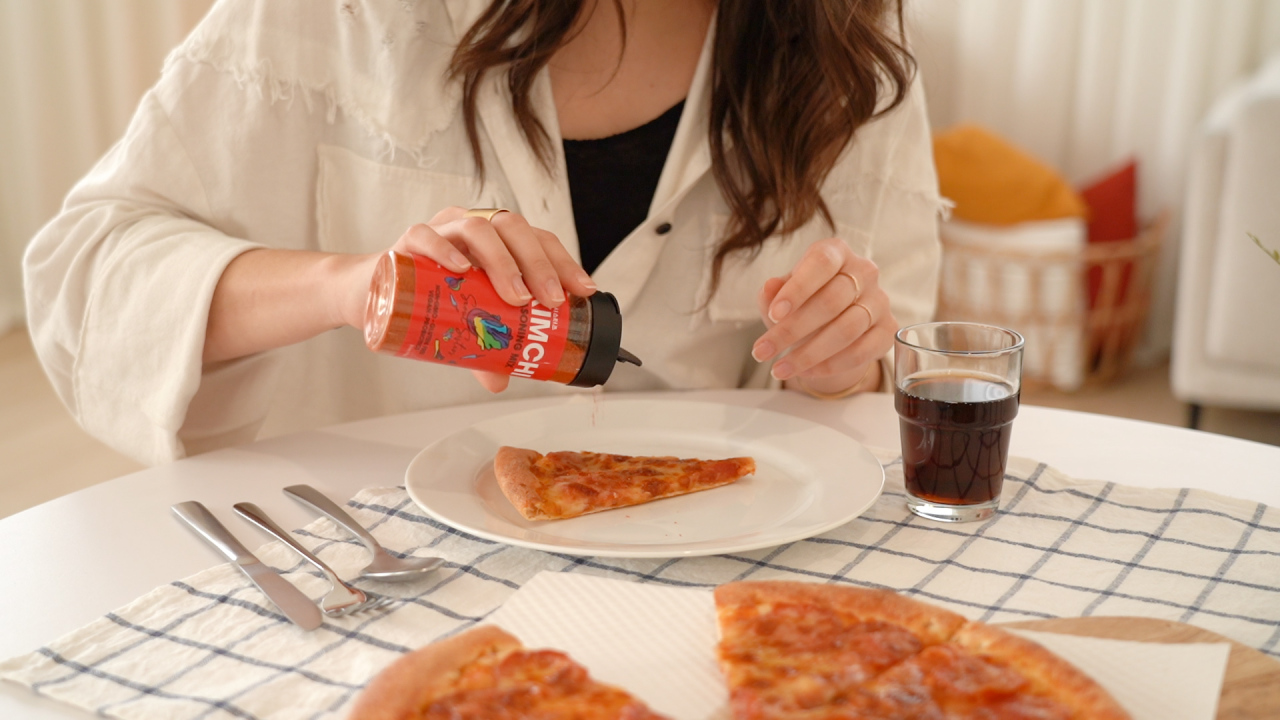 Kimchi seasoning mix is added to pizza. (Food Culture Lab)