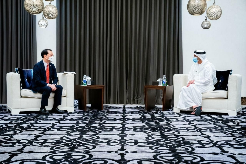 This photo, provided by Seoul`s foreign ministry on June 15, 2020, shows Deputy Foreign Minister Kim Gunn (L) paying a courtesy call on UAE Foreign Minister Abdullah bin Zayed Al Nahyan during the visit to the Middle East country. (PHOTO NOT FOR SALE) (Yonhap)