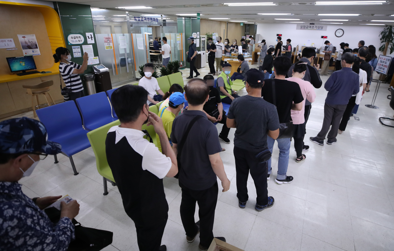 Job seekers line up at an employment welfare center in Seoul's Jung-gu to enter a seminar on unemployment benefits. Young Koreans have been facing difficulties in gaining employment, as the number of job openings has sharply fallen as businesses struggle amid the novel coronavirus outbreak. (Yonhap)