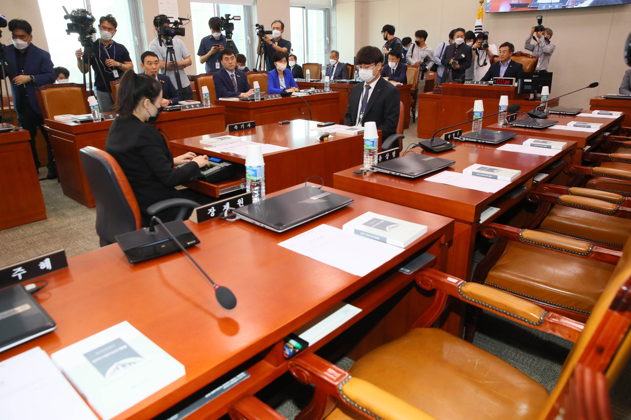 Seats remained empty as lawmakers from United Future Party refused to attend the first plenary session of the Legislation and Judiciary Standing Committee held at the National Assembly on Tuesday. (Yonhap)