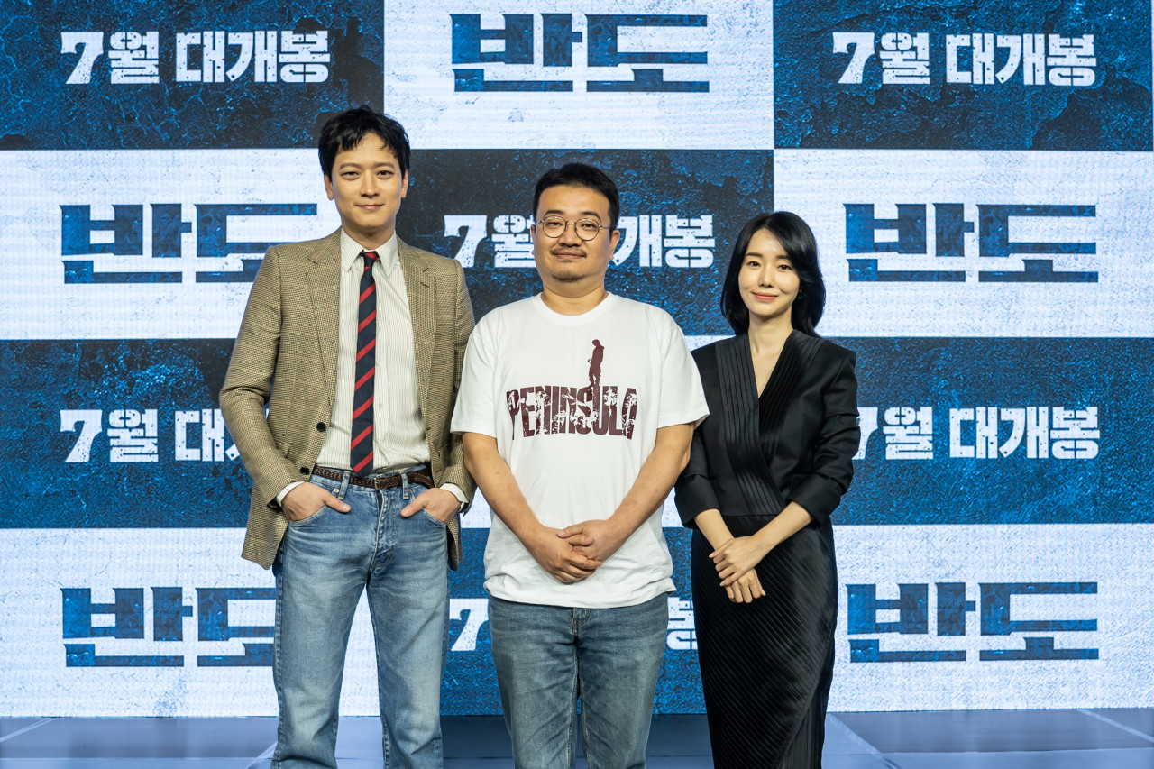 "From left: Actor Gang Dong-won, director Yeon Sang-ho and actor Lee Jung-hyun pose for pictures during a preview event for ""Peninsula"" on Tuesday. (NEW)"