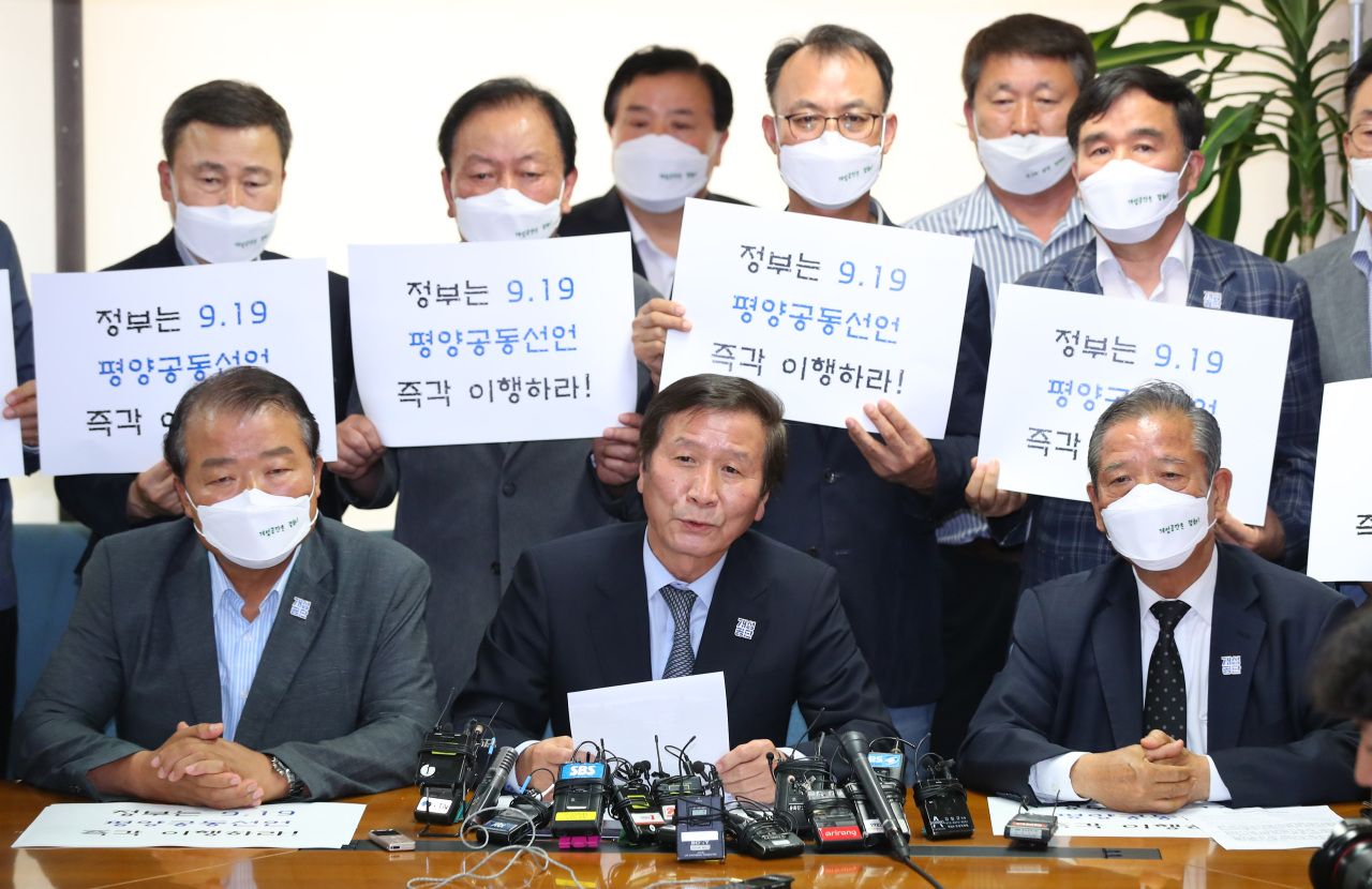 Chung Ki-sub, (center) chairman of the Corporate Association of Kaesong Industrial Complex, which represents 124 South Korean tenant companies, holds a pressconference in Seoul on Wednesday to call on both Koreas to honor their agreements regarding the operation of the joint factory zone. (Yonhap)