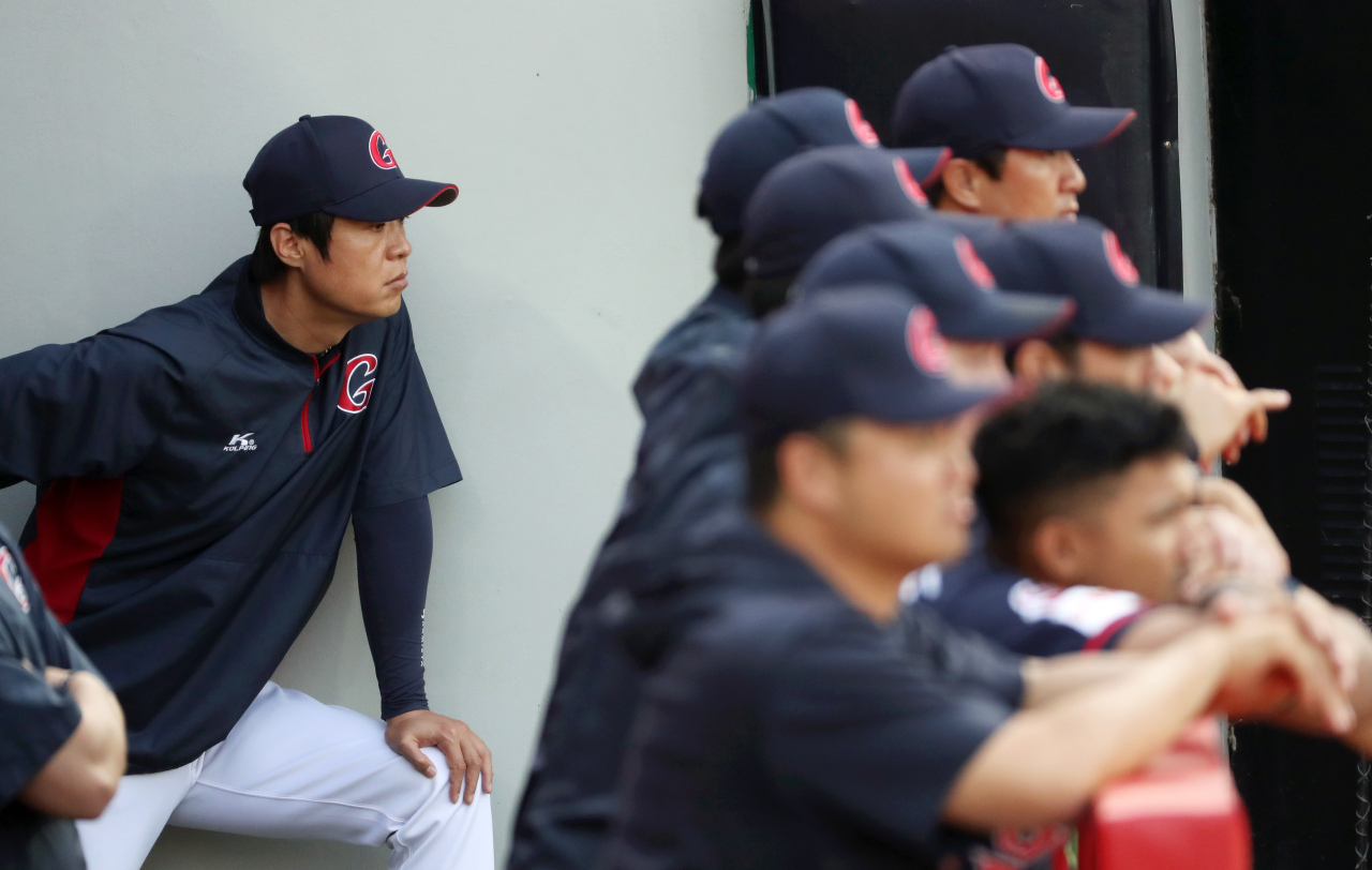 Lotte Giants manager Her Mun-hoe inside a dugout (Yonhap)