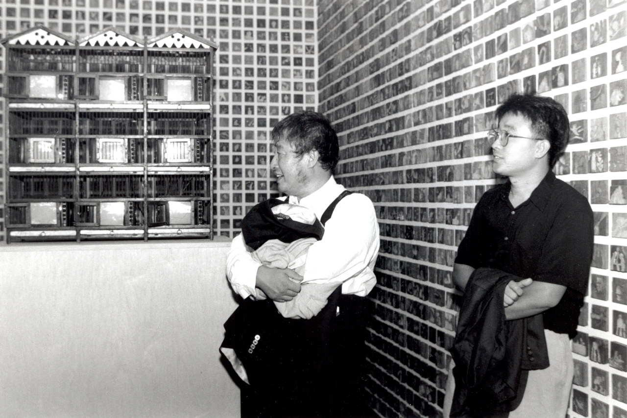Kang Ik-joong (right) and pioneering video artist Paik Nam-june are photographed at