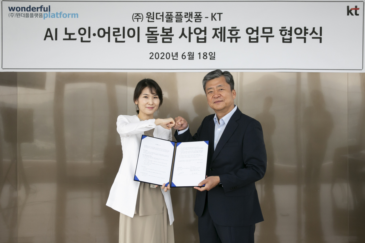 KT's AI and big data business head Kim Chae-hee (left) and Wonderful Platform CEO Koo Seung-yeop pose in KT's Seoul headquarter on Thursday. (KT)