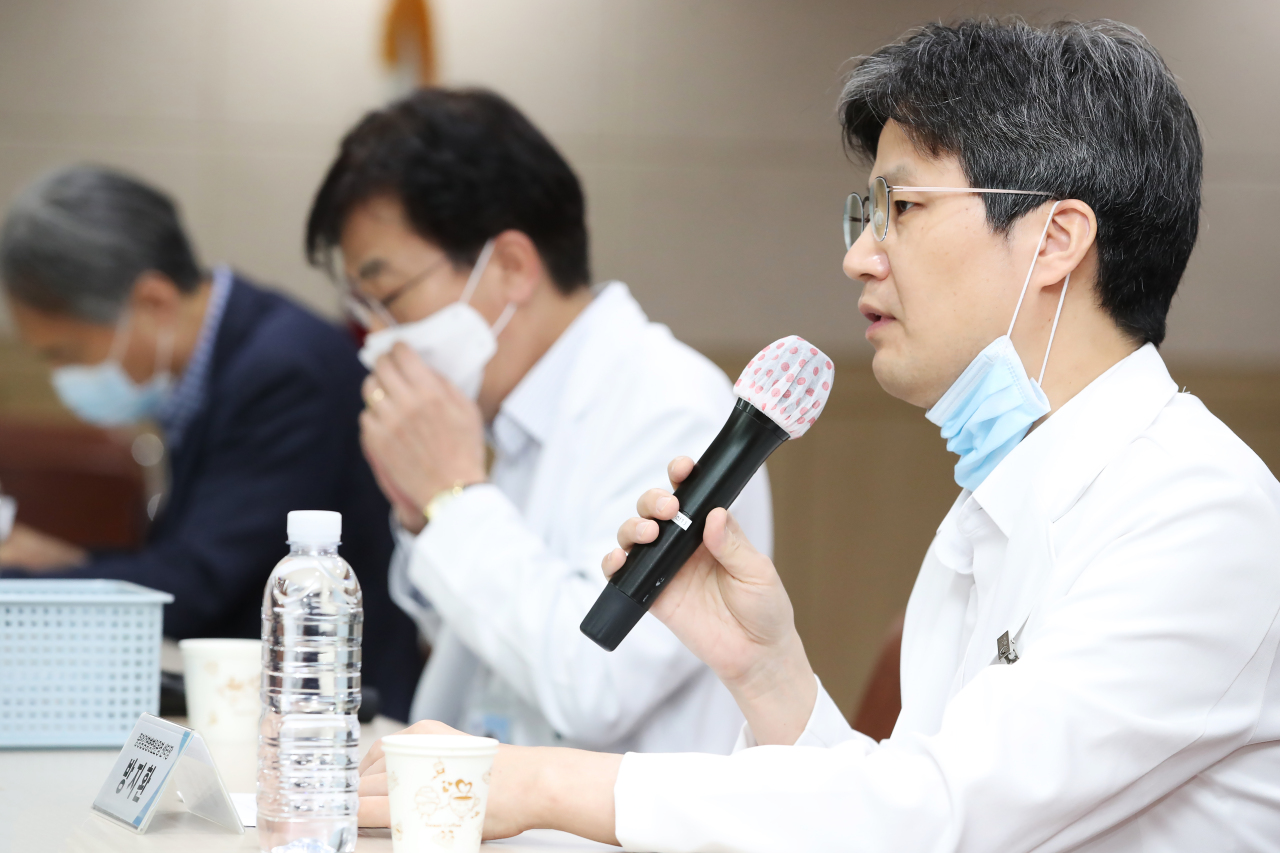 Dr. Bang Ji-hwan of the National Medical Center speaks to reporters during a briefing Sunday. (Yonhap)