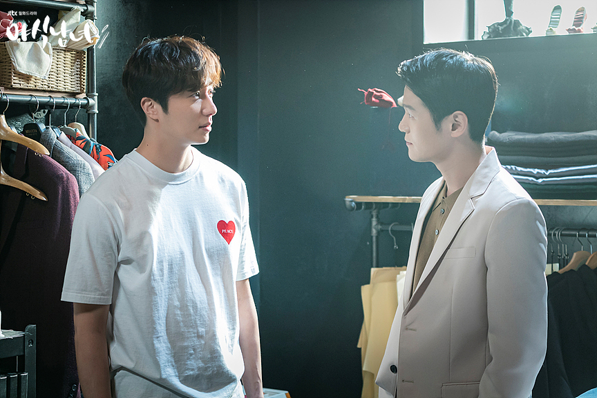 "Lee Hak-joo (right) stars as designer Kang Tae-hwan and Jung Il-woo as Park Jin-sung in JTBC's ""Sweet Munchies."" (JTBC)"