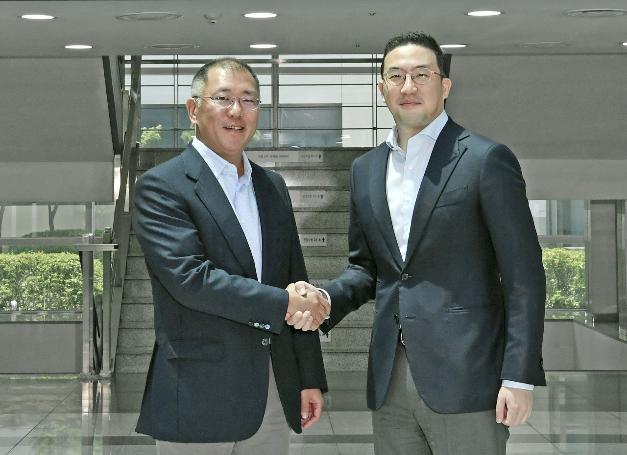 Hyundai Motor Group Executive Vice Chairman Chung Euisun (left) shakes hands with LG Group Chairman Koo Kwang-mo (right) after his visit to LG Chem's EV battery production site located in Cheongju, North Chungcheong Province on Monday. (Hyundai Motor Group)