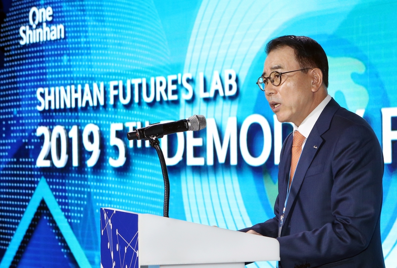 """Shinhan Financial Group Chairman Cho Yong-byoung speaks at an event for the banking group's startup accelerator program """"Shinhan Future's Lab"""" in Seoul on Nov. 14. (Shinhan Financial Group)"""